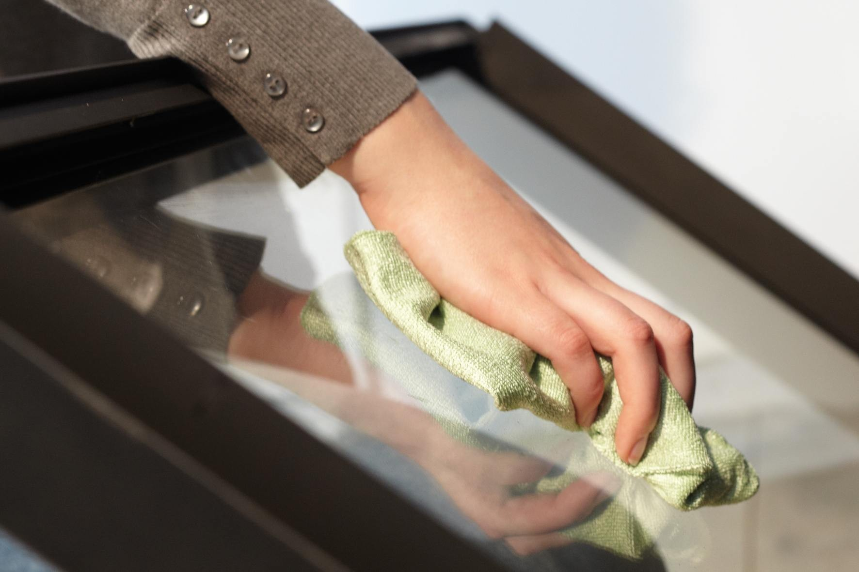 Hoe maak je de ruit van een gashaard schoon?